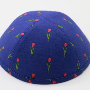 כיפה רקע כחול פרחים בצבע ורוד פוקסיה