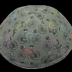 כיפה צבע אפור עם הדפסי אופניים