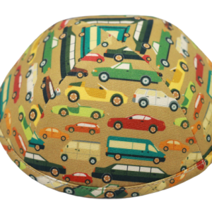 כיפה צבע קאמל עם הדפסי מכוניות